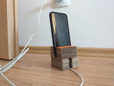 Kartonový stojánek na mobil