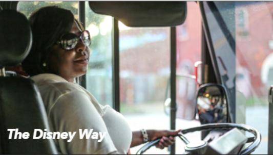 Přívětivá řidička v dopravní službě Disney parku